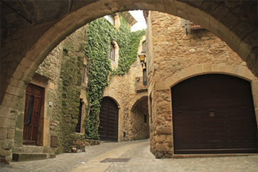entrada per l'arc principal de Pals. carrers medievals