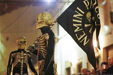 dansa de la mort, dos esquelets amb la bandera