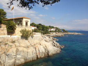 senya blanca. casa que se li diu així. casas just davant de mar al camí de ronda de s'agaró. dalt de la costa i a la dreta el mar