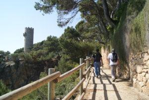 dos nois que camines pel camí de ronda i a la part esquerra hi ha una torre de defensa que es diu Torre dels Perpinyà