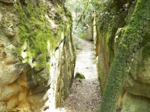 Clots de Sant Julià. Cavitats entre roques. Paret de roca a banda i banda i pas al mig